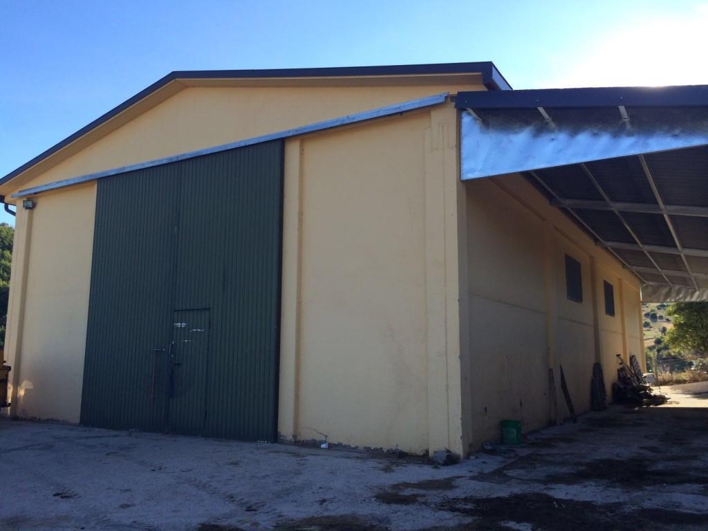 capannone agricolo con tettoia laterale in ferro zincato