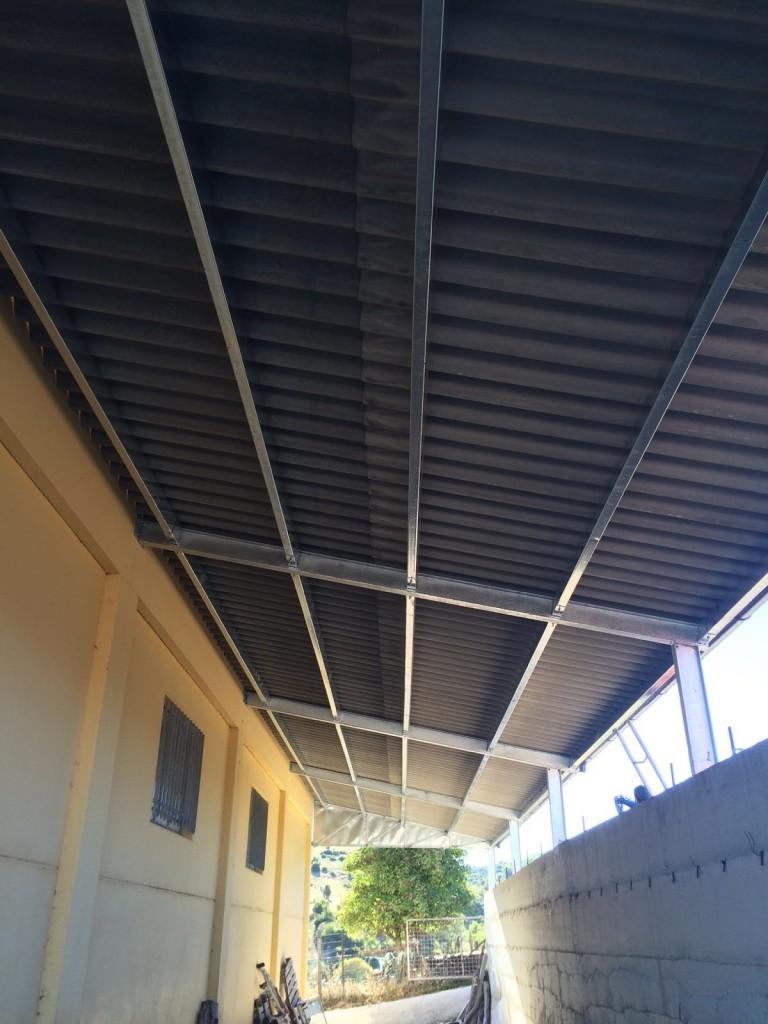 vista intradosso di una copertura in ferro di una tettoia